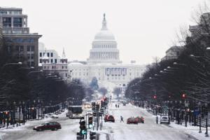 146064_USAWashingtonDC_WinterSnowCapitolBuildingStreet_thinkstock_92102772